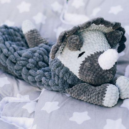 Пижамница динозавр вязаная игрушка на резинке