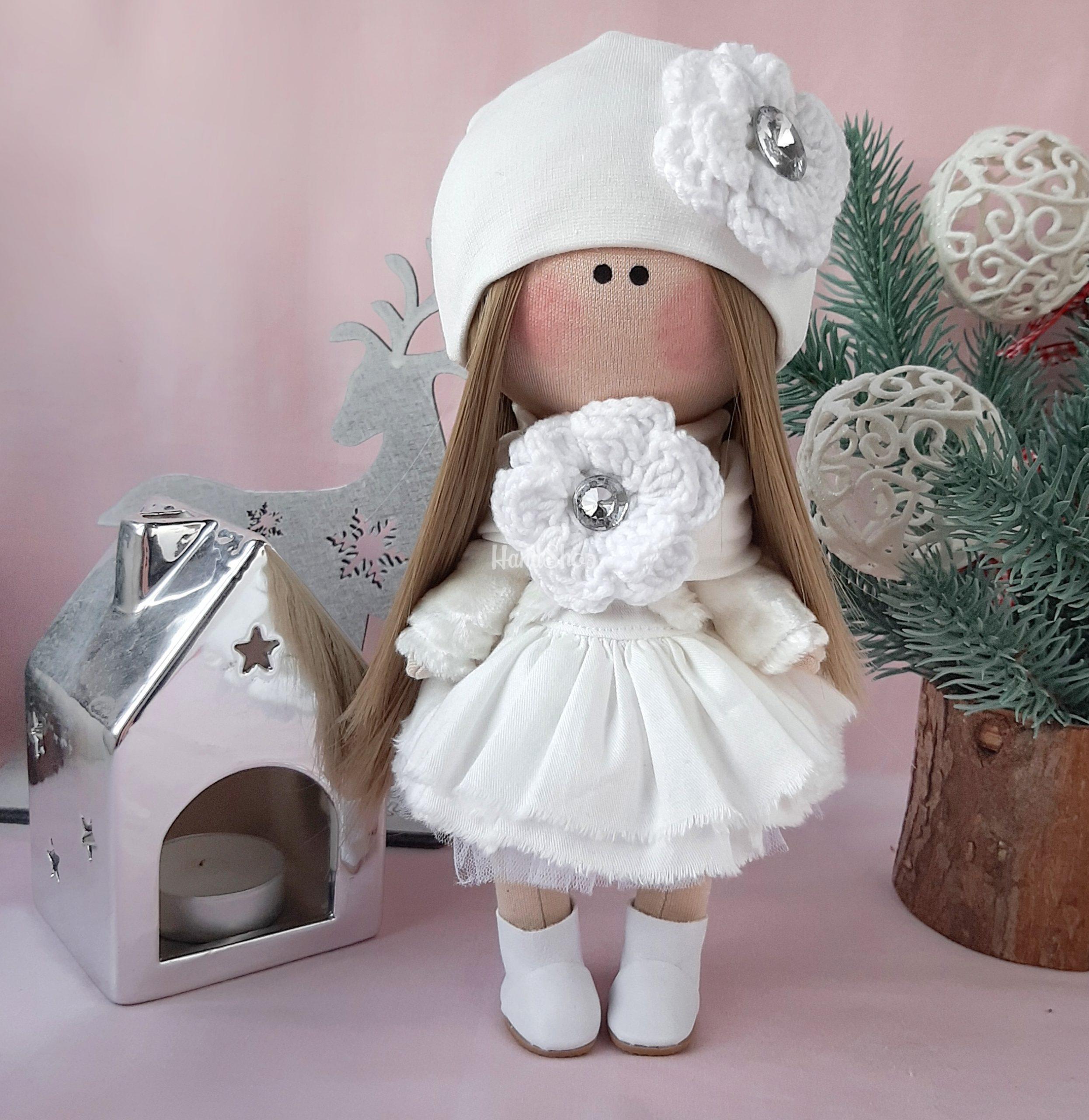 Авторская интерьерная кукла в белом платье
