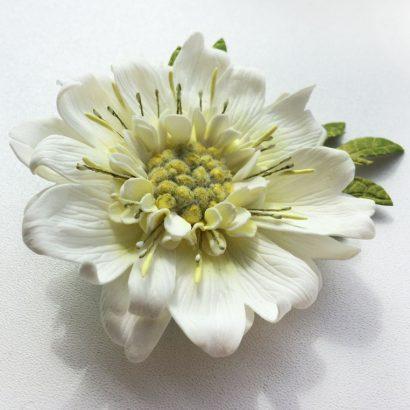 Заколка брошка цветок скабиоза белая