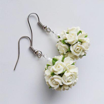 Серьги шарики цветы глина белые розы