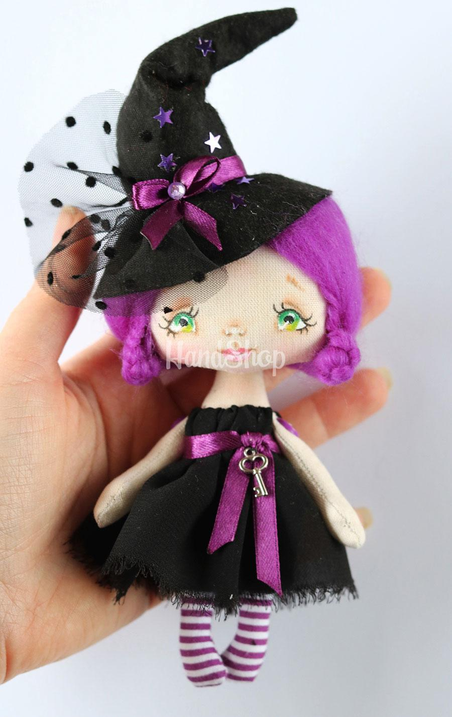 Маленькая кукла ведьма на хэллоуин