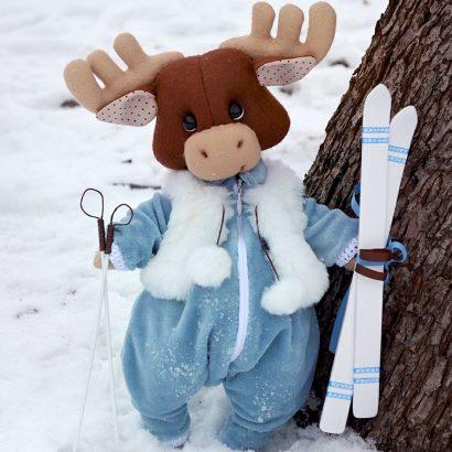 Игрушка мягкая лось в комбинезоне с лыжами